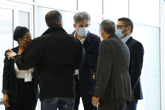 Medewerkers van Charlie Hebdo komen aan bij de rechtbank