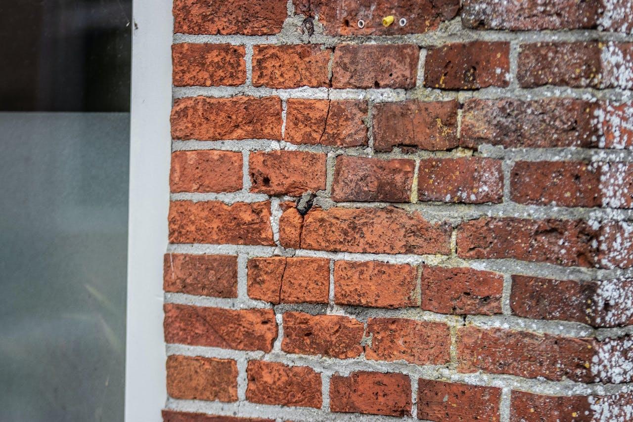 WESTERWIJTWERD - Een scheur in een woning in Westerwijtwerd, waar het epicentrum lag van een aardbeving met een kracht van 3.4. Het is de op twee na zwaarste beving in de provincie Groningen als gevolg van de gaswinning. ANP
