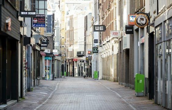 Een lege winkelstraat
