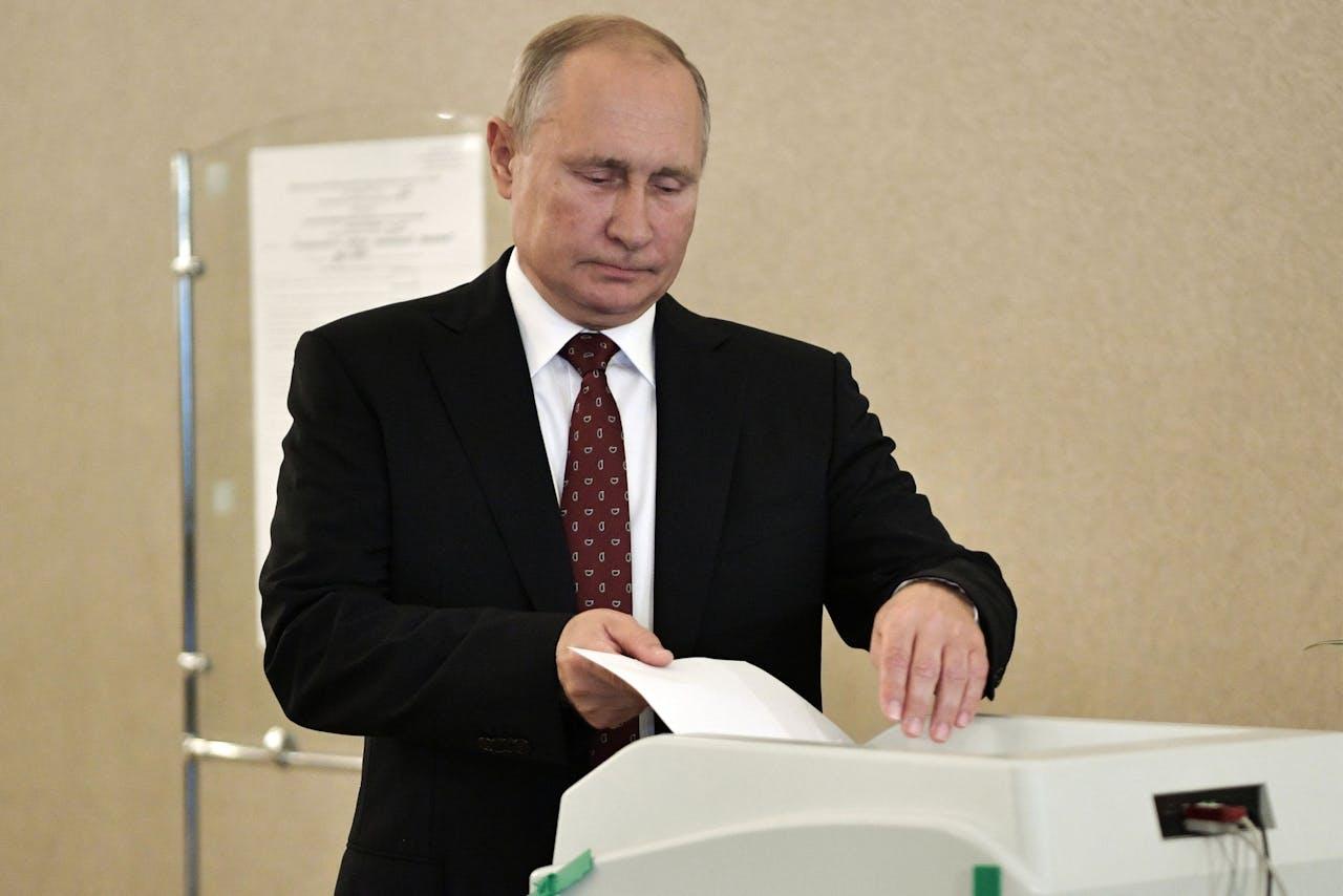 Russisch president Vladimir Poetin stemt in een stembureau in Moskou tijdens de lokale en regionale verkiezingen van afgelopen zondag.