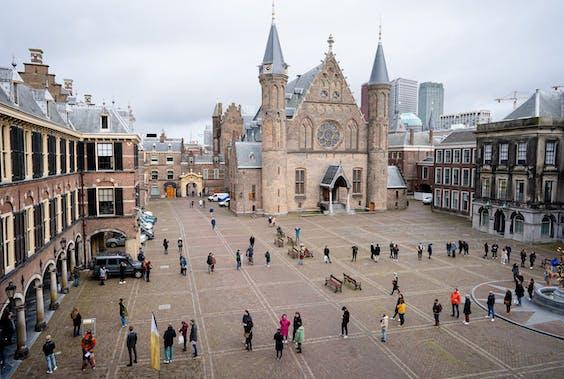 Stemmers in de rij op het Binnenhof