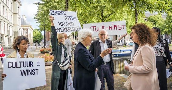 Minister Ingrid van Engelshoven ingesprek met Hans Croiset, Anne Wil Blankers en Johanna ter Steege over steunmaatregelen voor de kunst en cultuur sector in Nederland.