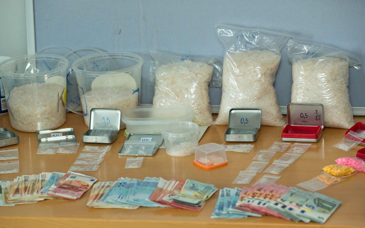 Crystal meth en andere drugs die in beslag zijn genomen door de Duitse politie.