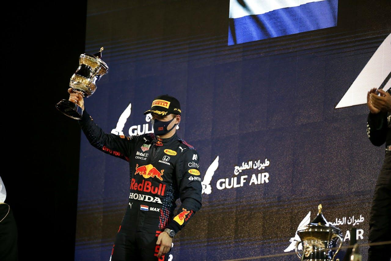 Max Verstappen op het podium nadat hij tweede werd bij de GP in Bahrein