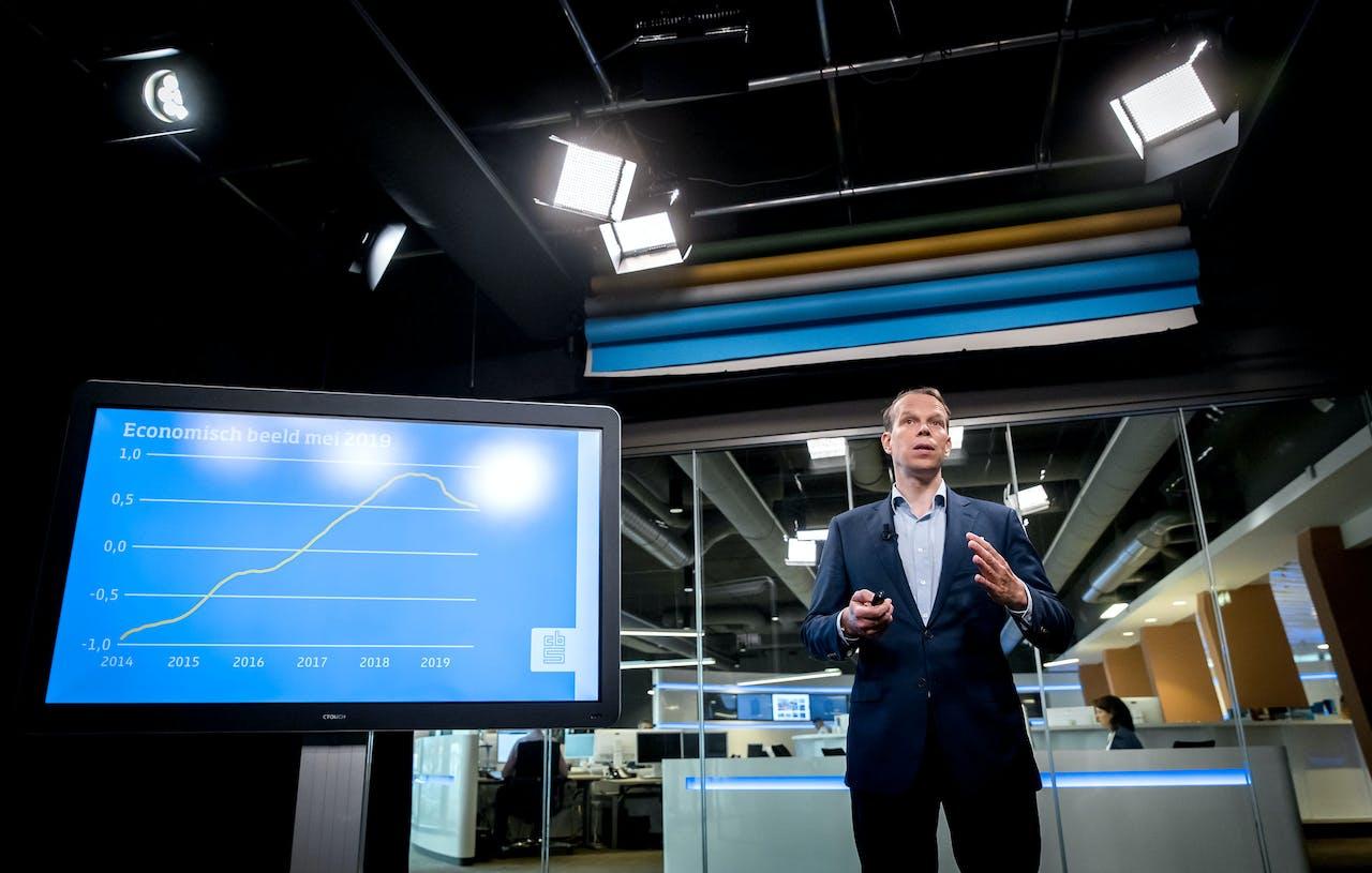 Hoofdeconoom van het CBS Peter Hein van Mulligen in augustus 2019 tijdens de presentatie van e cijfers in het tweede kwartaal.