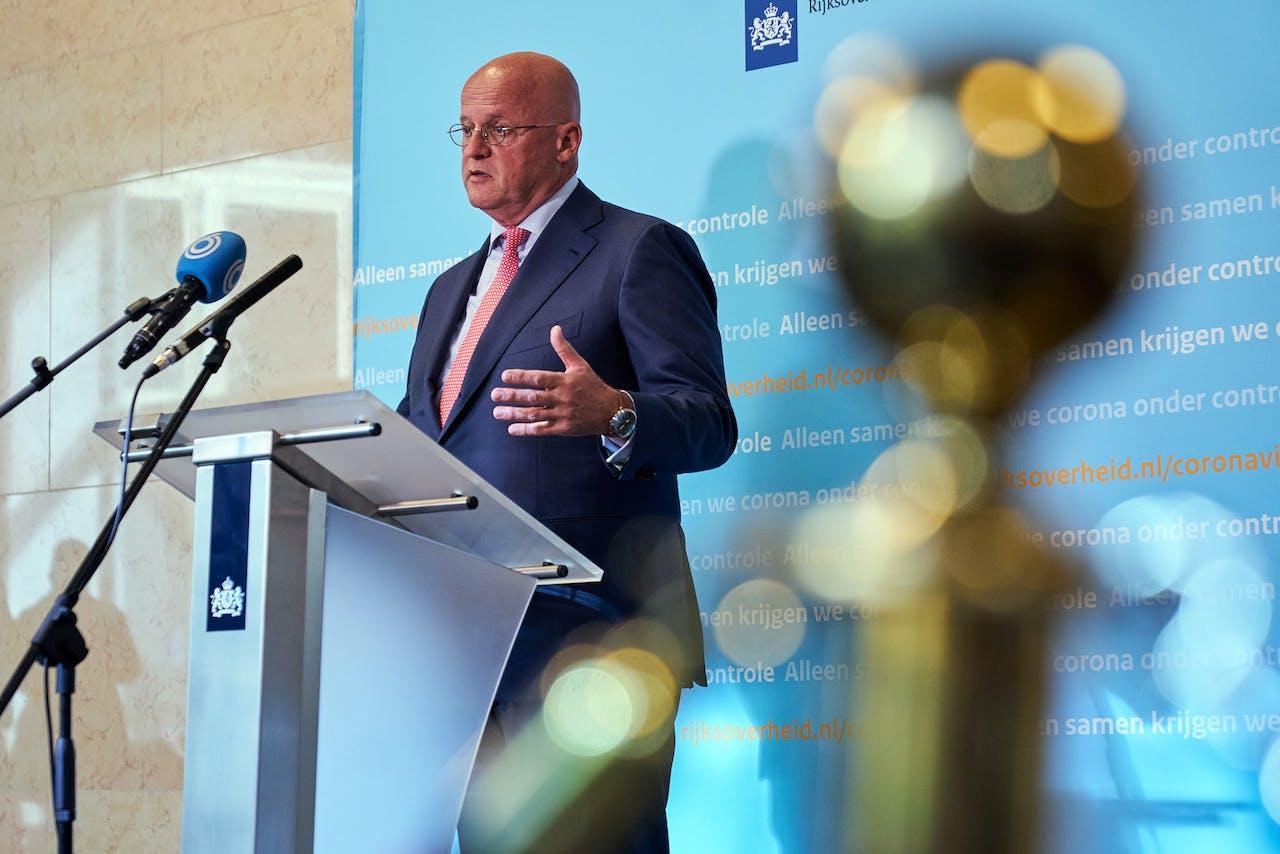 Minister Grapperhaus tijdens een persconferentie.