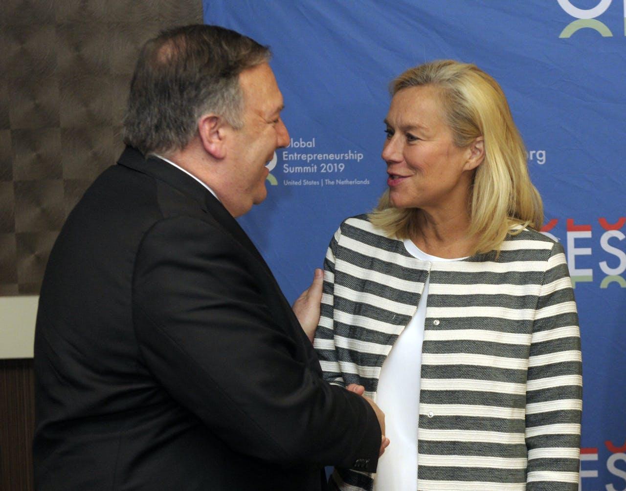 Minister Kaag schudt handen met minister van Buitenlandse Zaken Mike Pompeo