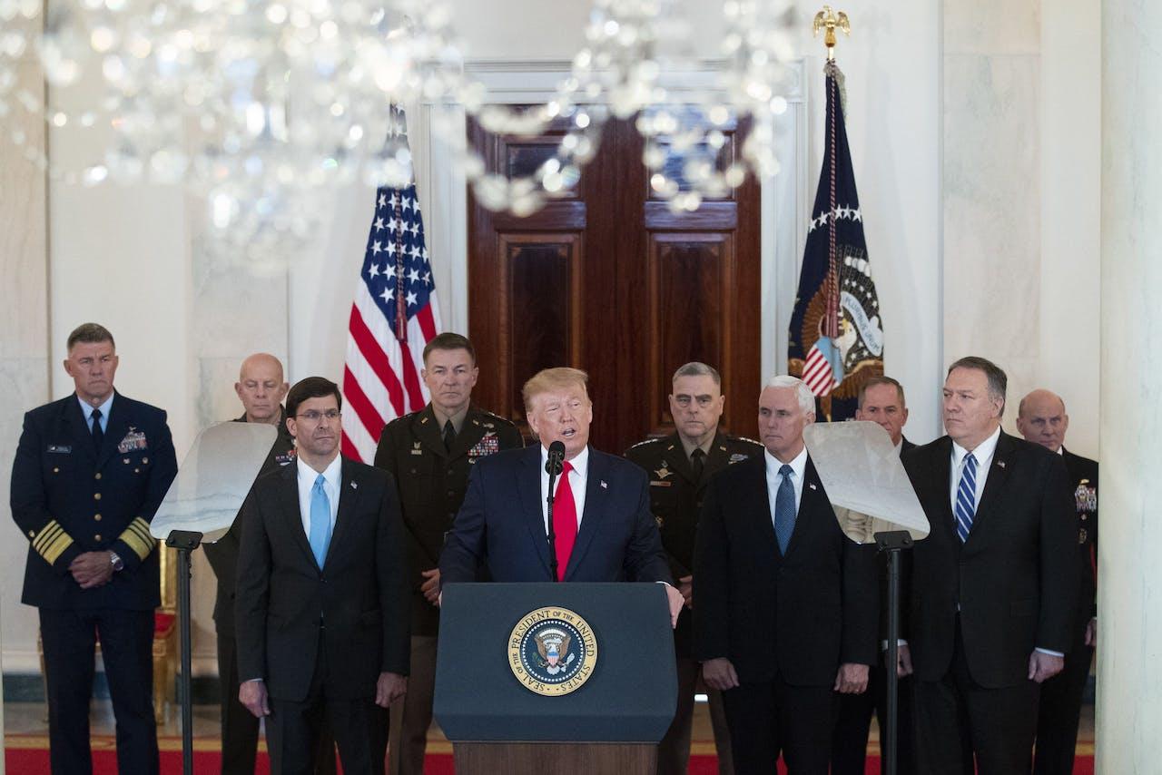 Donald Trump houdt een speech, nadat Iran een wraakactie ondernam voor de dood van Soleimani. Hij wordt omringd door onder meer vicepresident Pence en minister van Buitenlandse Zaken Pompeo.
