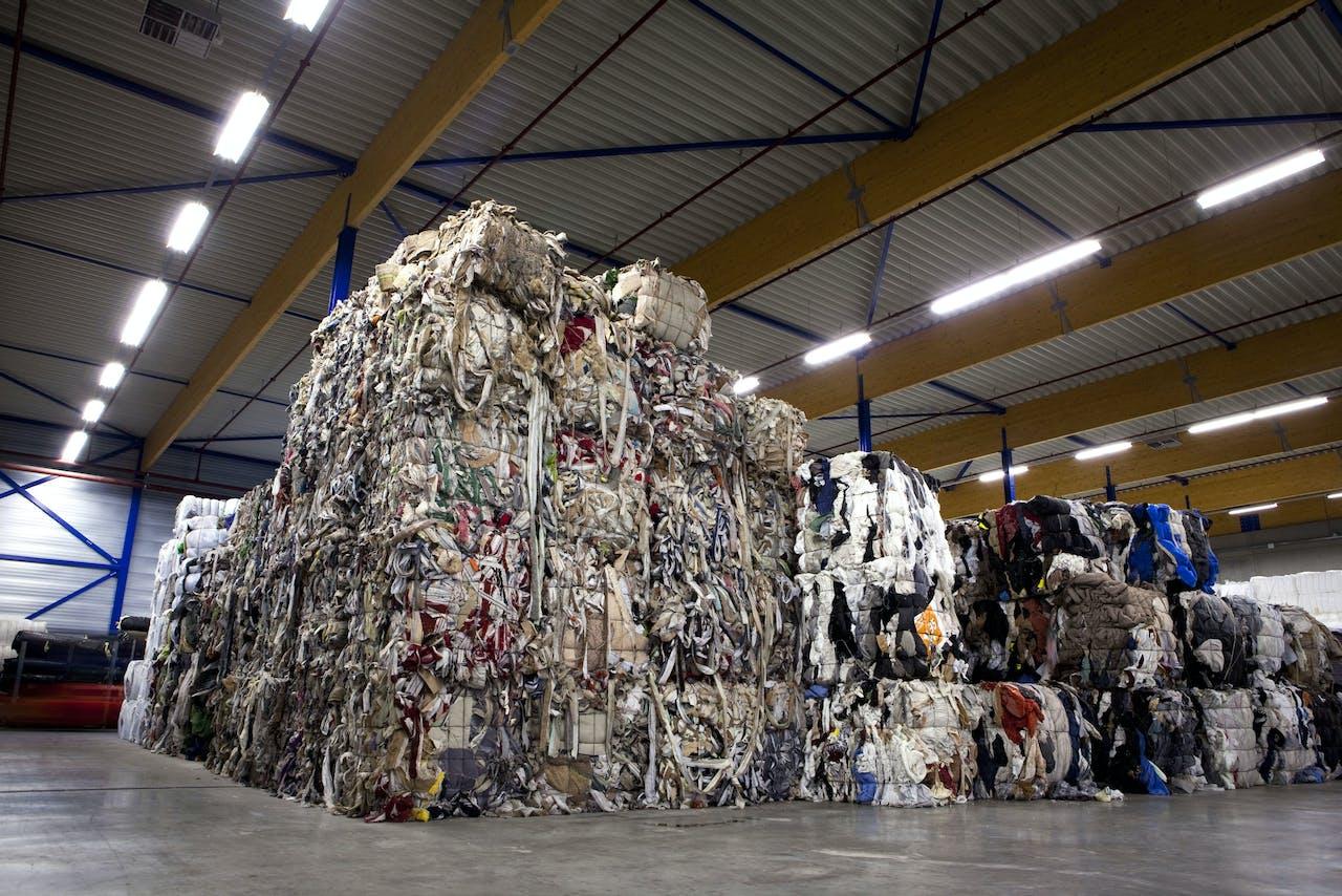 2010-09-27 00:00:00 HAAKSBERGEN - Gebruikt textiel hoeft niet langer te verdwijnen in de verbrandingsoven, maar wordt omgezet in nieuwe, hoogwaardige textielproducten. Dit 'upcyclen' is momenteel niet gebrukelijk in de textielketen. Daar komt verandering in met de oprichting van innovatiecentrum Texperium in Haaksbergen, Twente. Het is ook duurzaam: met het 'upcyclen' van oud textiel tot nieuwe, hoogwaardige producten wordt een gigantische besparing bereikt op aardgas en CO2-emissies. Verschillende kwaliteiten grondstof. ANP XTRA NILS VAN HOUTS