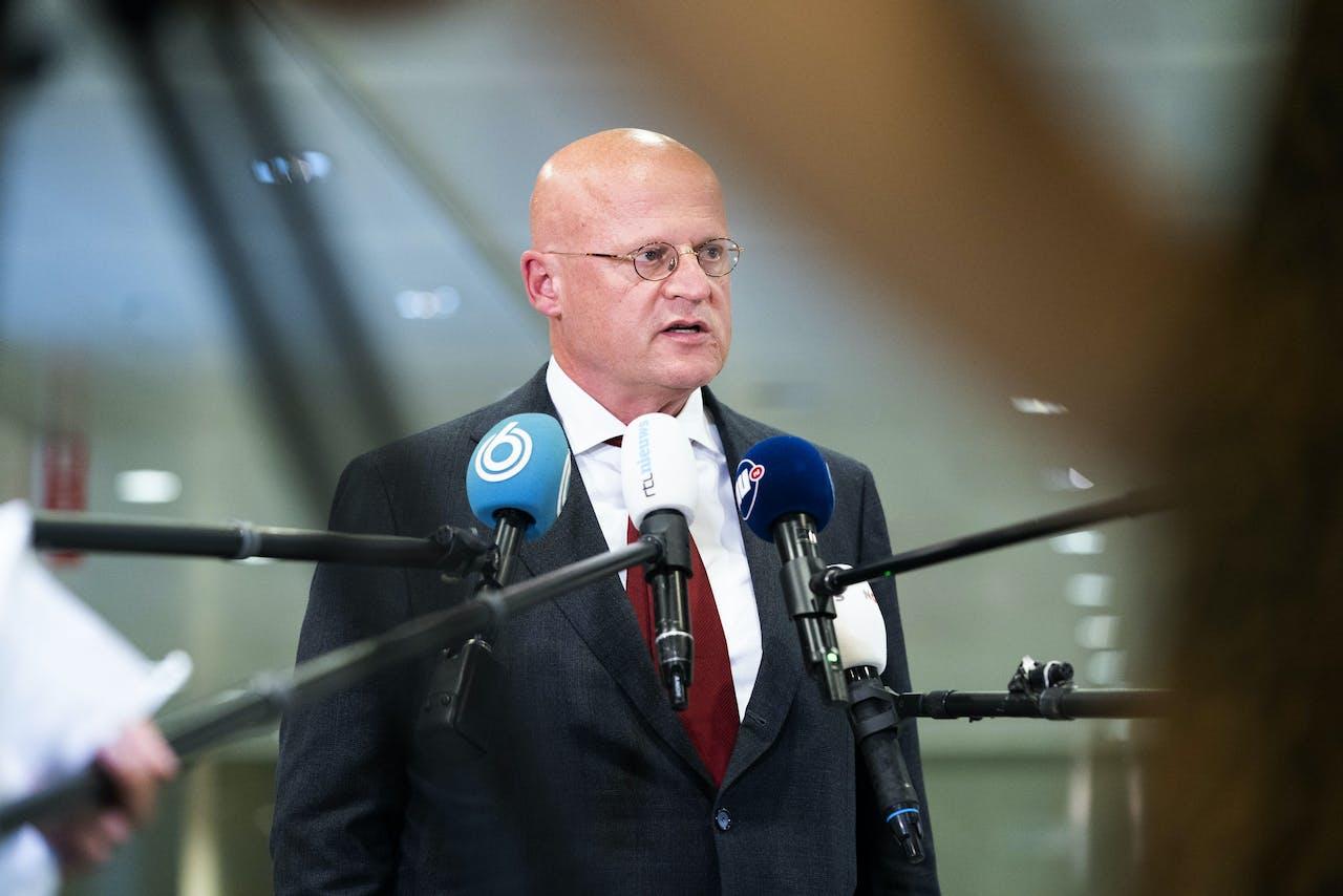 Minister Ferd Grapperhaus komt aan op het provinciehuis voor overleg over de coronamaatregelen met burgemeesters van de 25 grootste gemeenten.