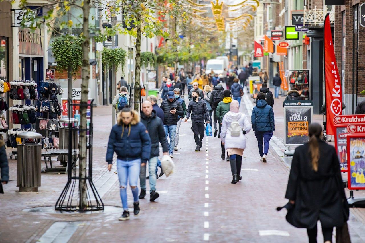 Winkelende consumenten in de winkelstraat, Apeldoorn. Foto Rob Voss