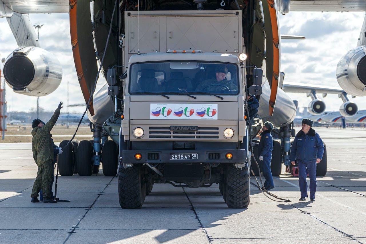 Een Russisch vliegtuig vol hulpgoederen maakt zich klaar om te vertrekken richting het zwaar getroffen Italië.