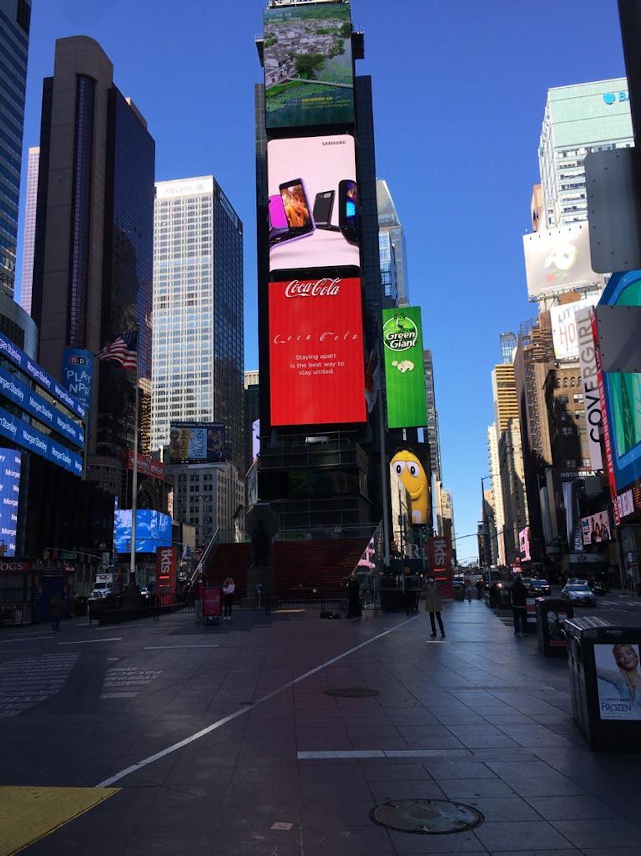 Ook op Times Square in New York is het vrijwel uitgestorven. In New York slaat de epidemie hard toe, De stad telt in zijn eentje ongeveer de helft van alle besmettingen.