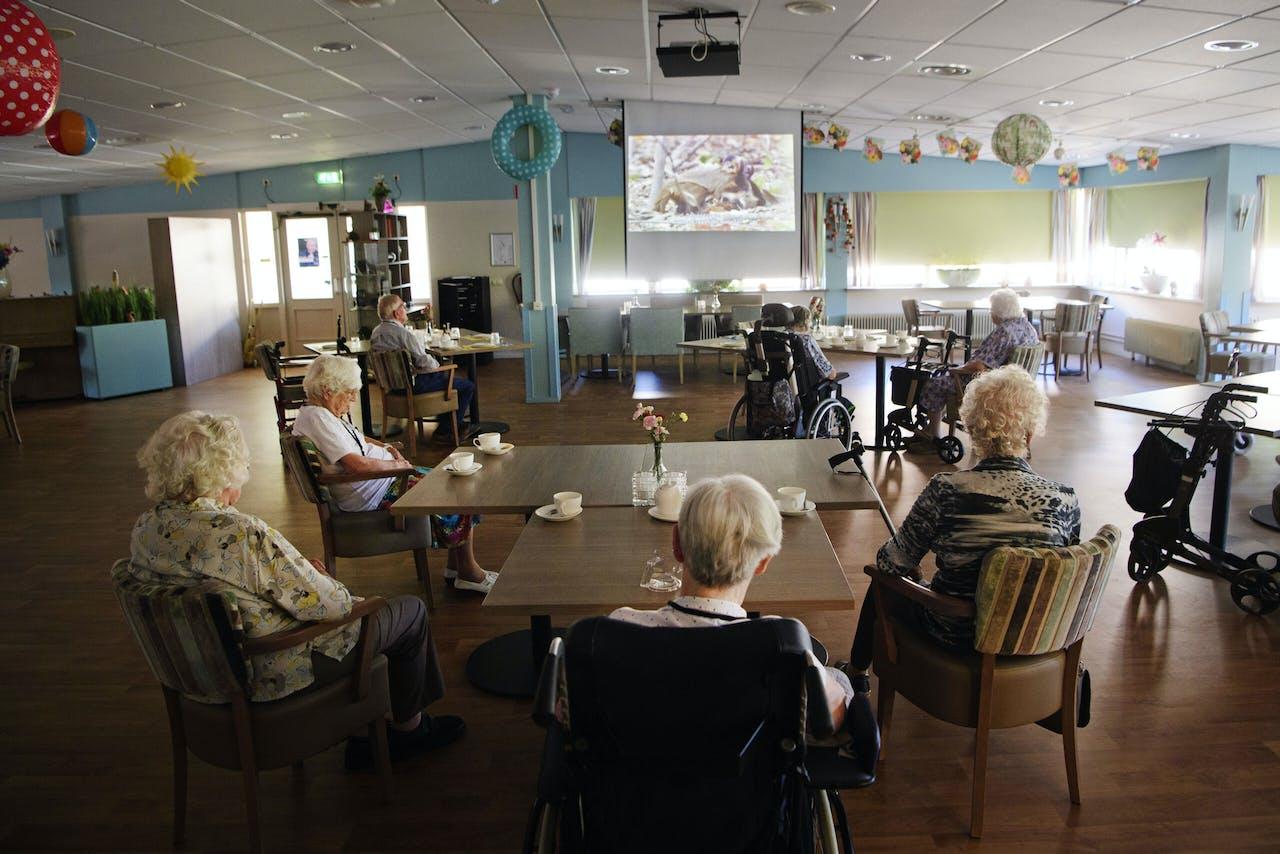 Ouderen bijeen in een gezamenlijke ruimte