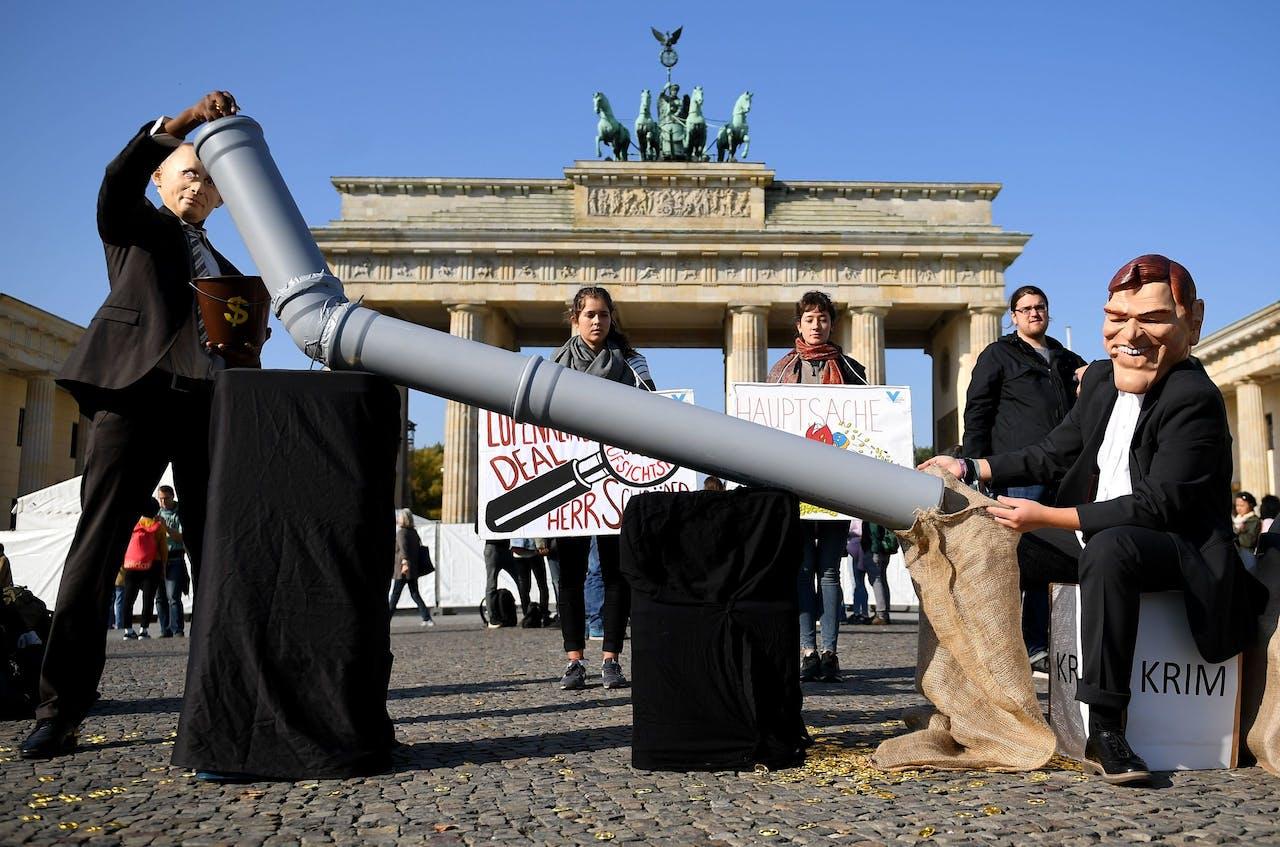 Activisten verkleed als de Russische president Vladimir Poetin en voormalig Duits bondskanselier Gerhard Schröder bij de Brandenburger in Berlijn.