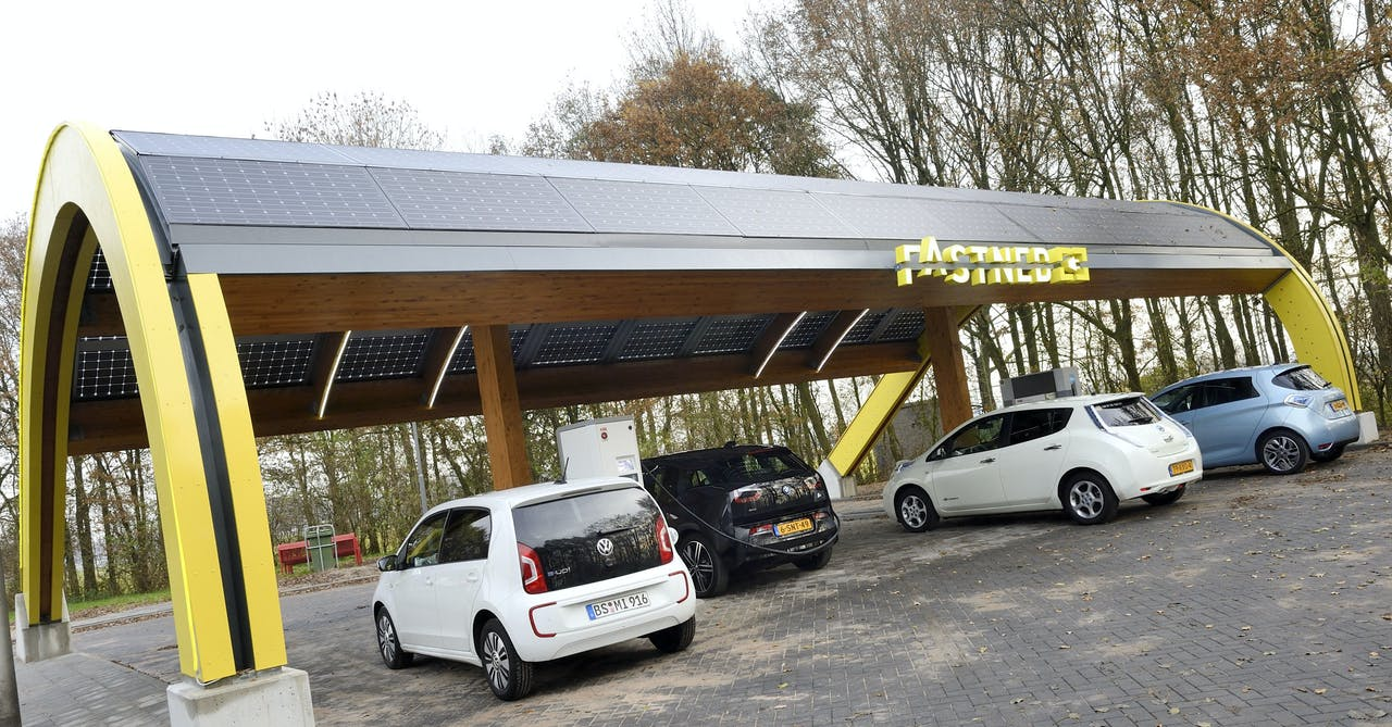Elektrische auto's worden opgeladen bij het eerste snellaadstation van het land.