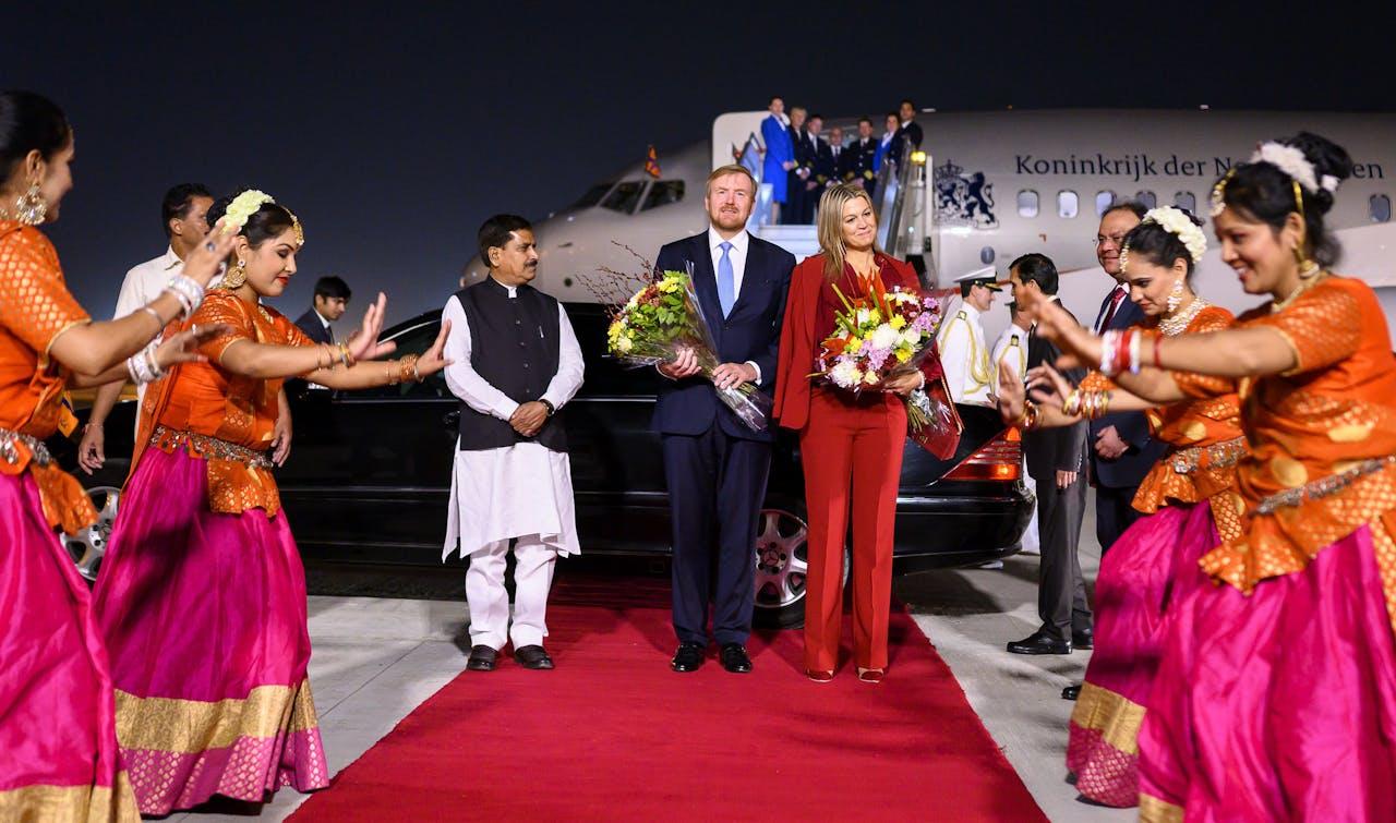 Koning Willem-Alexander en koningin Maxima arriveren op het vliegveld New Delhi.