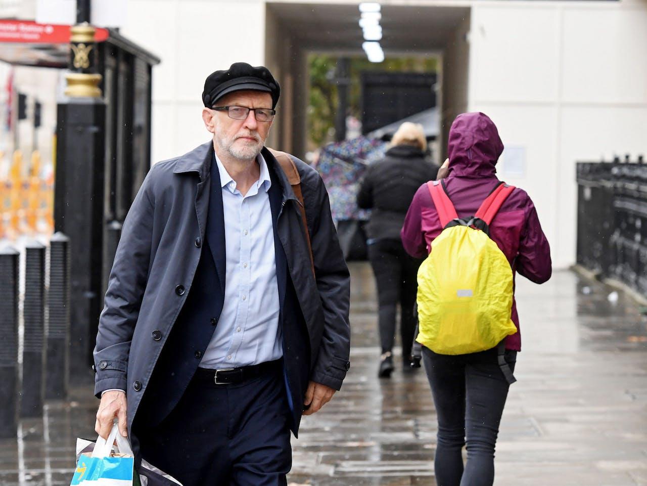 Labourleider Jeremy Corbyn heeft de regen getrotseerd en bereikt het House of Commons.