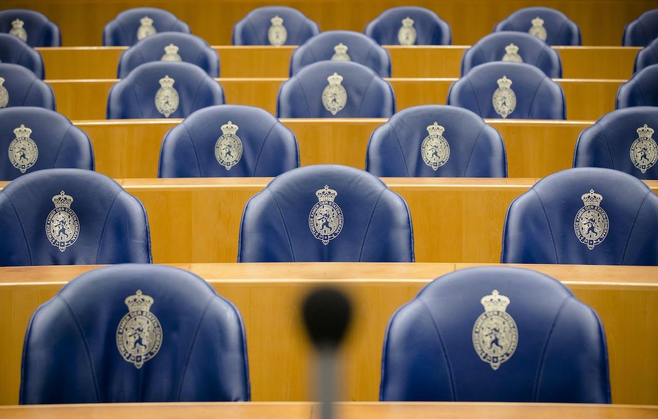 2017-01-17 13:56:00 DEN HAAG - Blauwe bankjes in de lege plenaire zaal van de Tweede Kamer. ANP XTRA BART MAAT