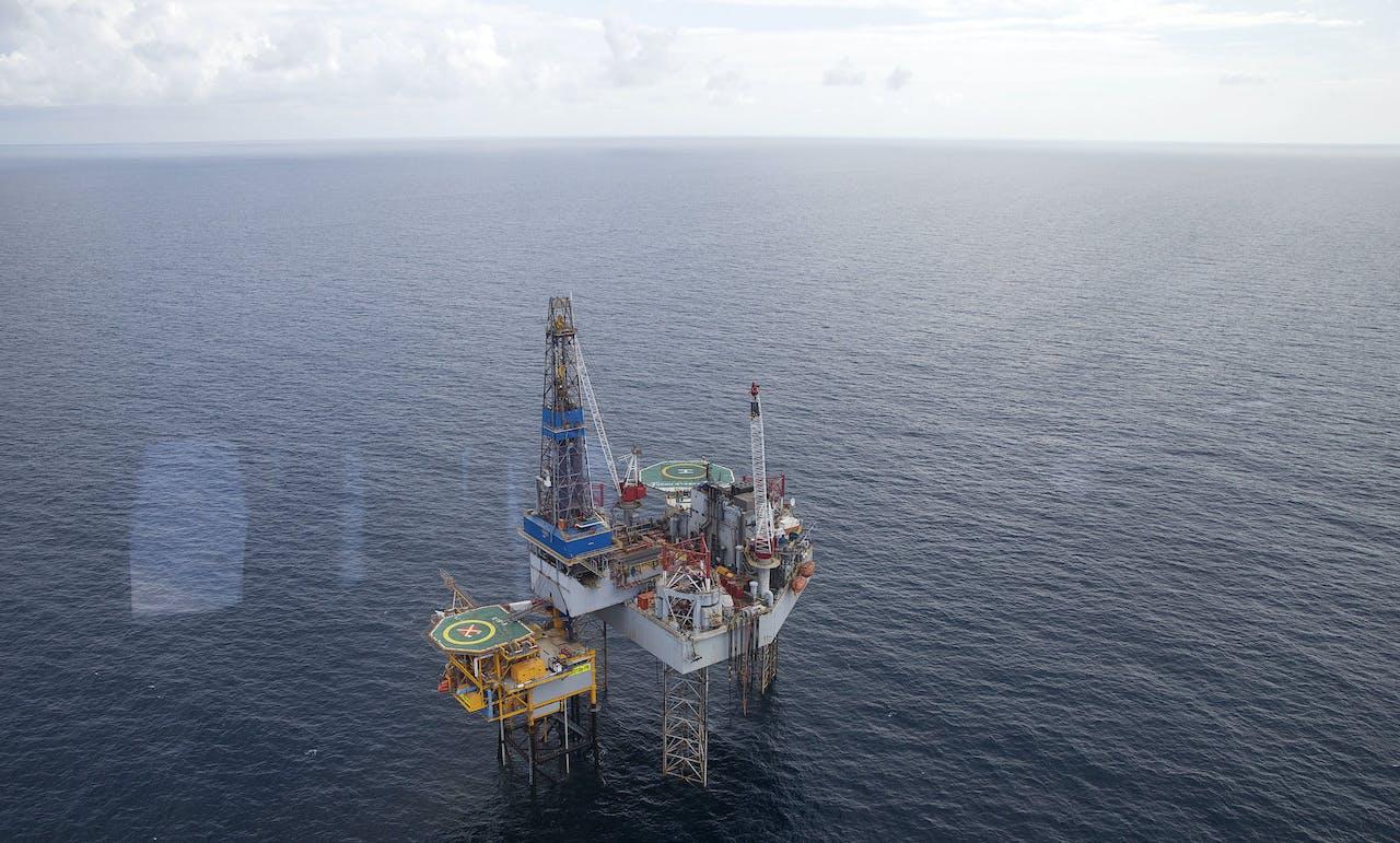 Minister Kamp van Economische Zaken bezoekt boorplatform op Noordzee.