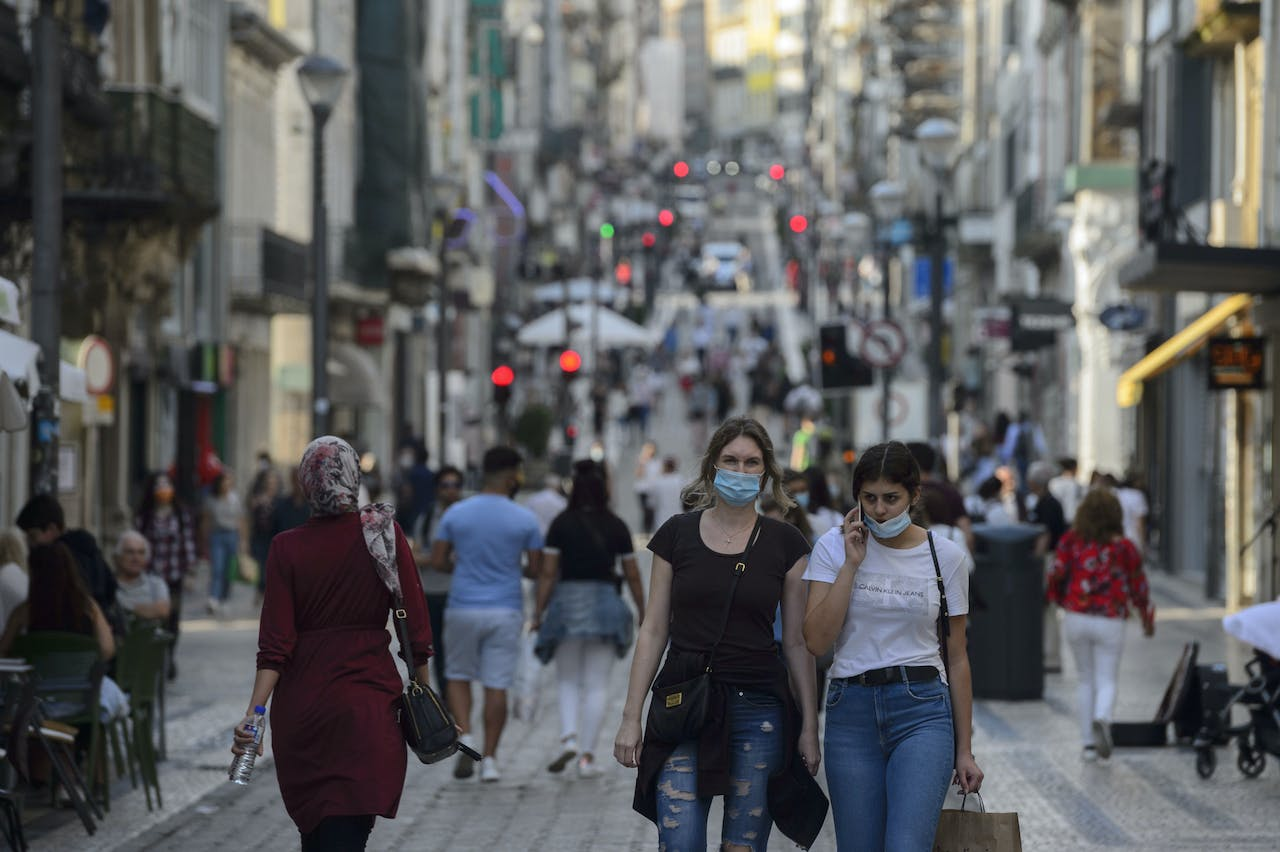 2020-06-01 20:09:43 People walk along the Santa Catarina street in downtown Porto, on June 1, 2020. After a closure of two months and a half due to the coronavirus pandemic, cinemas, theatres and performance halls reopened yesterday in Portugal, which continues its deconfinement process. Shopping centers may also reopen, except for those in the Lisbon region, where a more significant increase in Covid-19 cases occurred in recent days than in the rest of the country. MIGUEL RIOPA / AFP