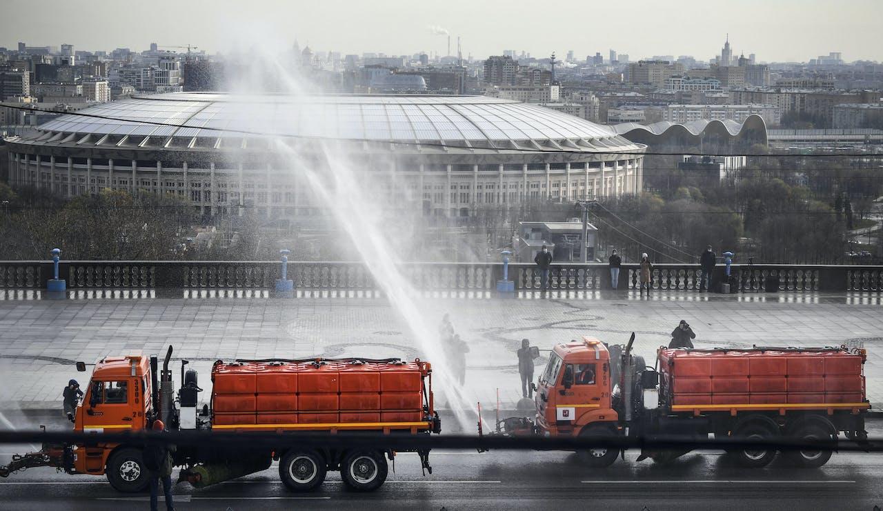 In Moskou worden de straten gereinigd met desinfectiemiddel. Op de achtergrond het Loezjniki Stadion, waar de finale van het wereldkampioenschap voetbal in 2018 werd georganiseerd.