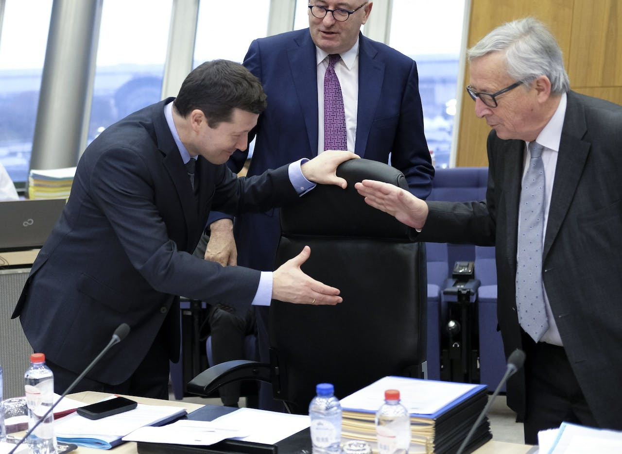 2018-03-07 09:46:55 epa06586278 New Secretary-General of the Commission, German, Martin Selmayr (L) and EU commission President Jean-Claude Juncker during a weekly meeting of the European Commission in Brussels, Belgium, 07 March 2018. EPA/OLIVIER HOSLET