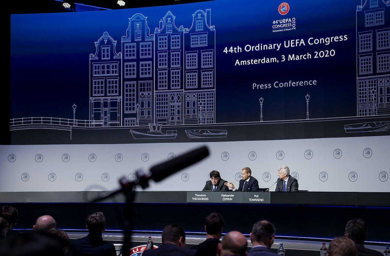 Persconferentie op het UEFA-congres in de Beurs van Berlage