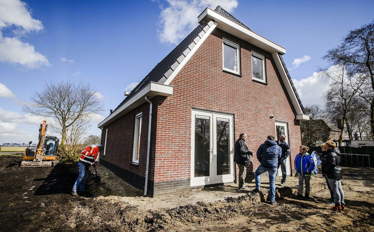 De familie Redeker krijgt een rondleiding door hun nieuwe huis.