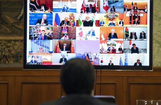 De Italiaanse premier Giuseppe Conte neemt deel aan een videoconferentie van de G20-leiders