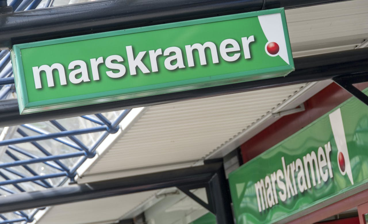 ROTTERDAM - Winkelketen Blokker sluit komend jaar honderd filialen. Bij zusterbedrijf Marskramer, dat verdergaat als franchiseformule, gaan nog eens honderd eigen winkels dicht. Bij elkaar verdwijnen zo'n 1900 banen bij de winkelketens en bij moederbedrijf Blokker Holding. De onderneming liet daarnaast weten dat de ketens Intertoys, Maxi Toys, Xenos, Big Bazar en Leen Bakker in de etalage worden gezet. ANP LEX VAN LIESHOUT