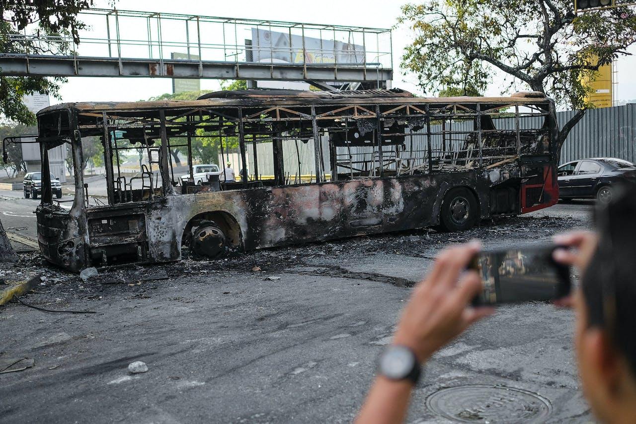 Een uitgebrande bus in Caracas op 1 mei 2019.