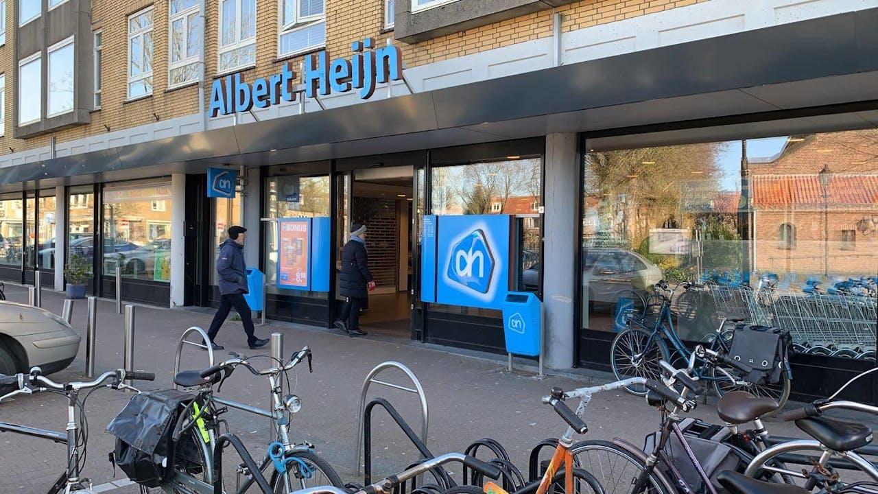 Ouderen betreden een AH-vestiging aan de Händelstraat in Utrecht
