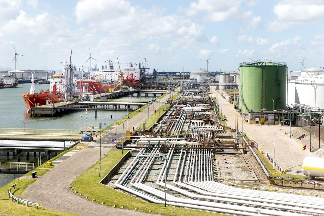 Storage Facility aan de Welplaatweg (R) en Exxonmobil Chemical Holland aan de Botlekweg in de Rotterdamse haven.