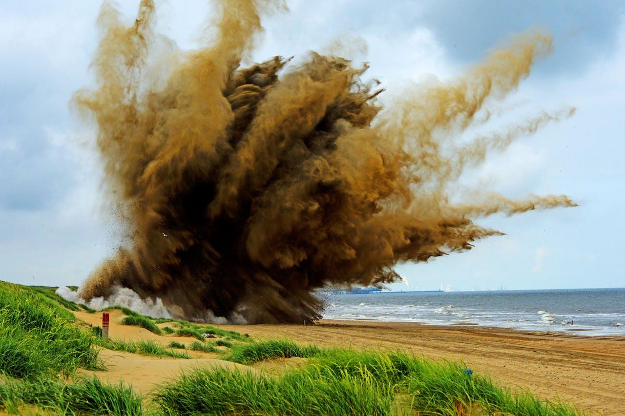 Een vliegtuigbom wordt op het strand bij Wassenaar door de Explosieven Opruimingsdienst Defensie (EOD) tot ontploffing gebracht (2013).