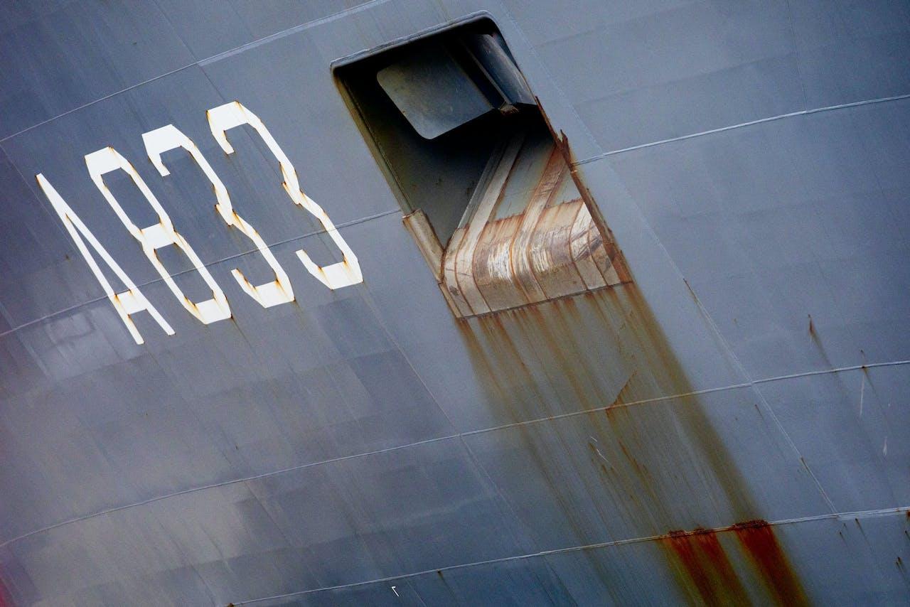 AMSTERDAM - De Zr. Ms. Karel Doorman ligt voor periodiek onderhoud bij Damen Shiprepair. Het grootste marineschip van Nederland krijgt onder andere een nieuwe verflaag. ANP NIELS WENSTEDT