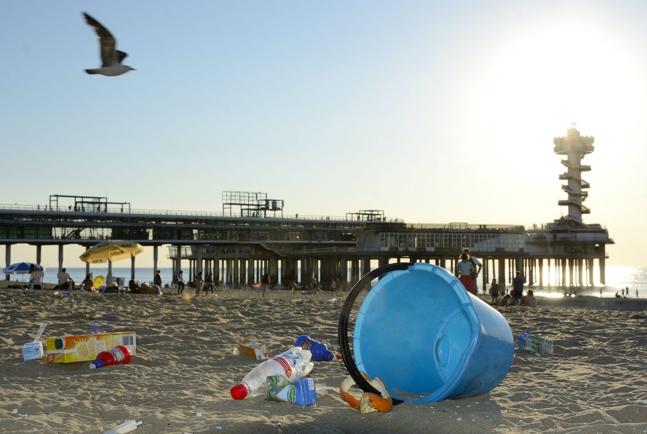 2013-08-01 19:48:33 SCHEVENINGEN - Aan het einde van een drukke stranddag ligt het strand bezaaid met vuil en afval en puilen de prullenbakken uit op het strand van Scheveningen. ANP LEX VAN LIESHOUT
