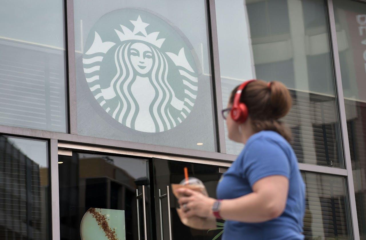 Het logo van Starbucks op de gevel van een van de cafés van de koffieketen.