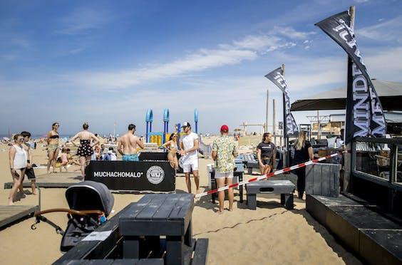 Klanten staan in de rij bij strandtent