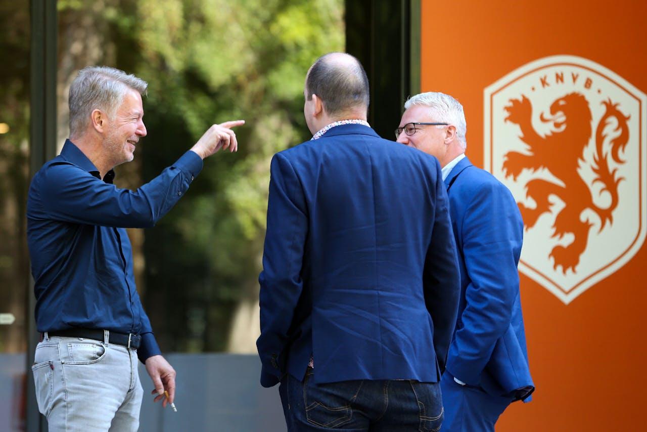 Ronald Lubbers (voetbalbestuurder), Frank Maatje (manager financiele zaken FC Emmen) en Jan Zwiers (algemeen directeur FC Emmen) tijdens een onderbreking van het gesprek met vertegenwoordigers van voetbalbond KNVB