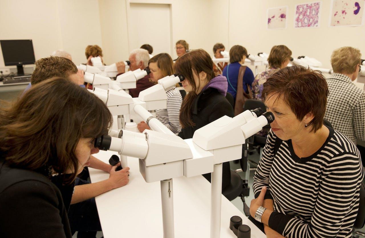 Bezoekers van een open dag in het Antoni van Leeuwenhoek, een ziekenhuis gespecialiseerd in kankerbestrijding