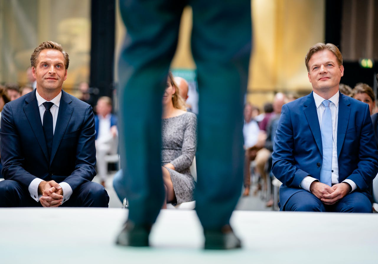 Minister Hugo de Jonge van Volksgezondheid, Welzijn en Sport (CDA) en Pieter Omtzigt (CDA) tijdens de bekendmaking van de eerste stemmingsronde voor de lijsttrekkersverkiezing van het CDA