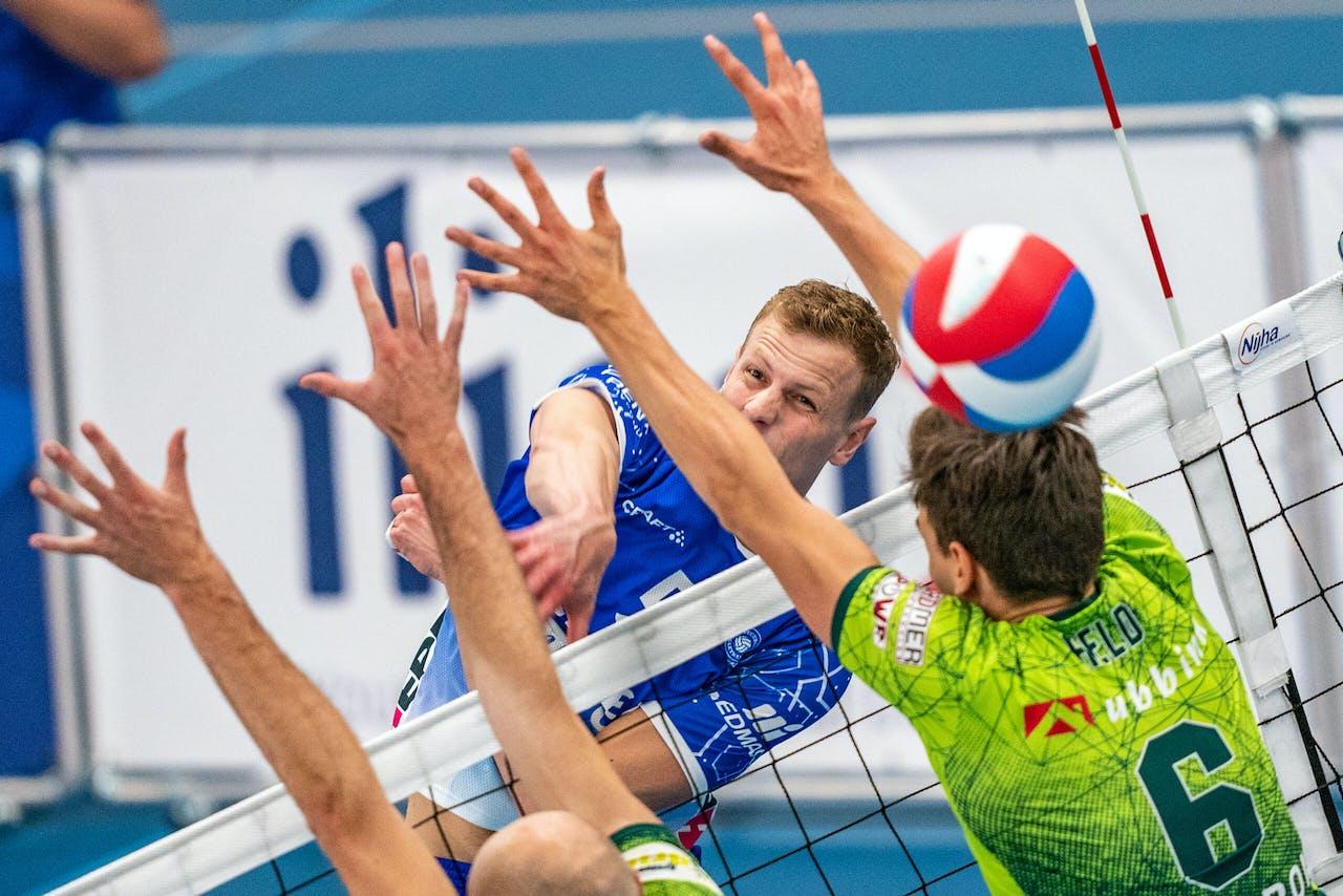 Auke van de Kamp van Lycurgus en Markus Held van Orion tijdens een volleybalwedstrijd.