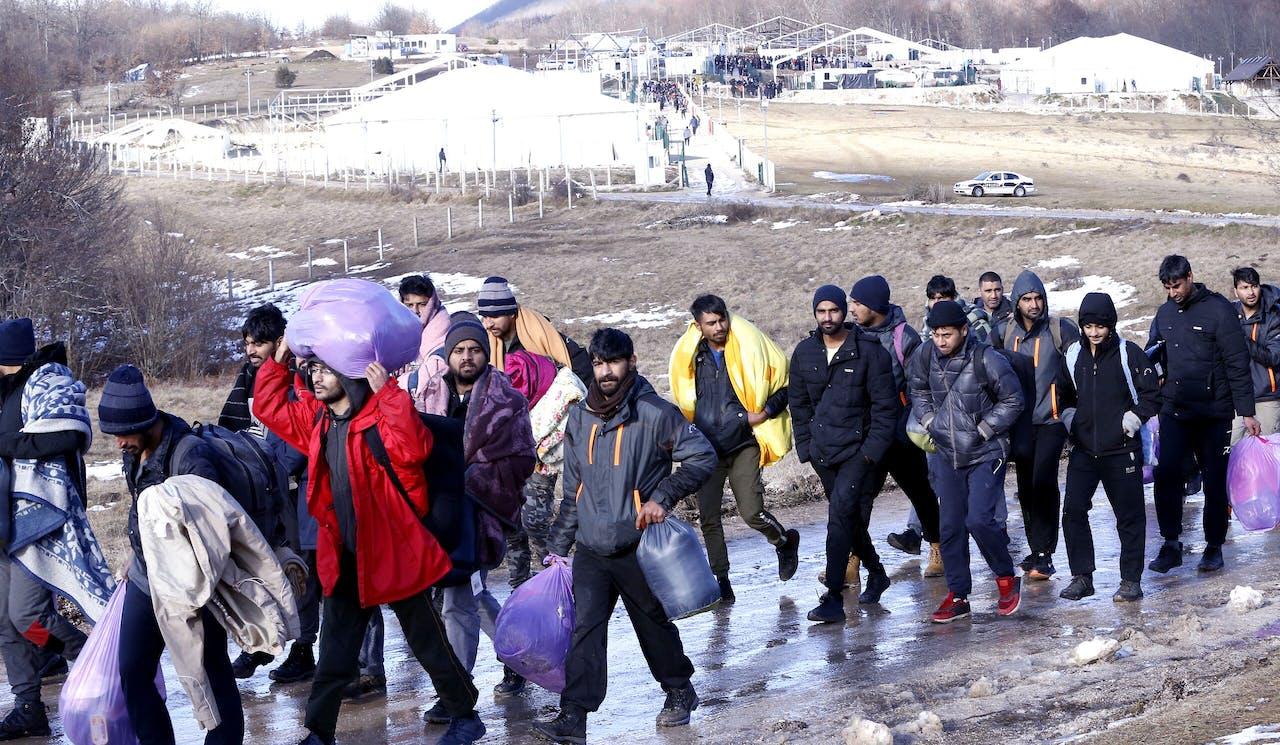 Vluchtelingen verlaten kamp Lipa bij Bihac, eind december. EPA/FEHIM DEMIR