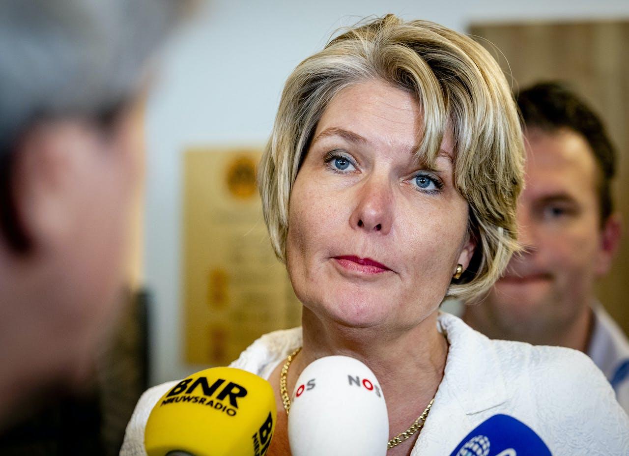 Voorzitter Janneke Wijnia-Lemstra van de brancheorganisatie van grondverzetters, Cumela, staat de pers te woord na het crisisberaad over stikstof en PFAS. Het bedrijfsleven gaat een schadeclaim indienen tegen het kabinet, omdat grondverzetters een tijdlang niet konden werken door de maatregelen rond PFAS.