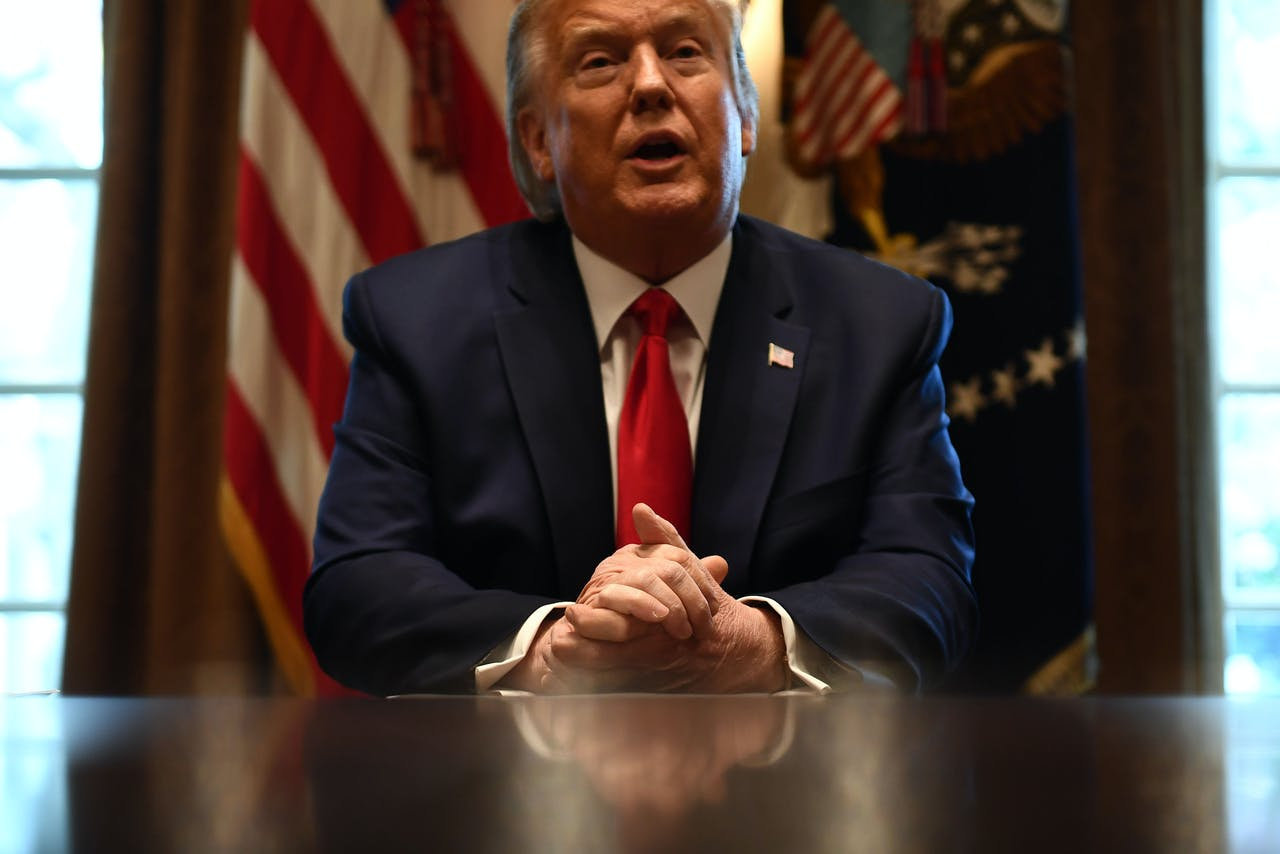 Donald Trump spreekt met de media over zijn aanpak van het coronavirus.