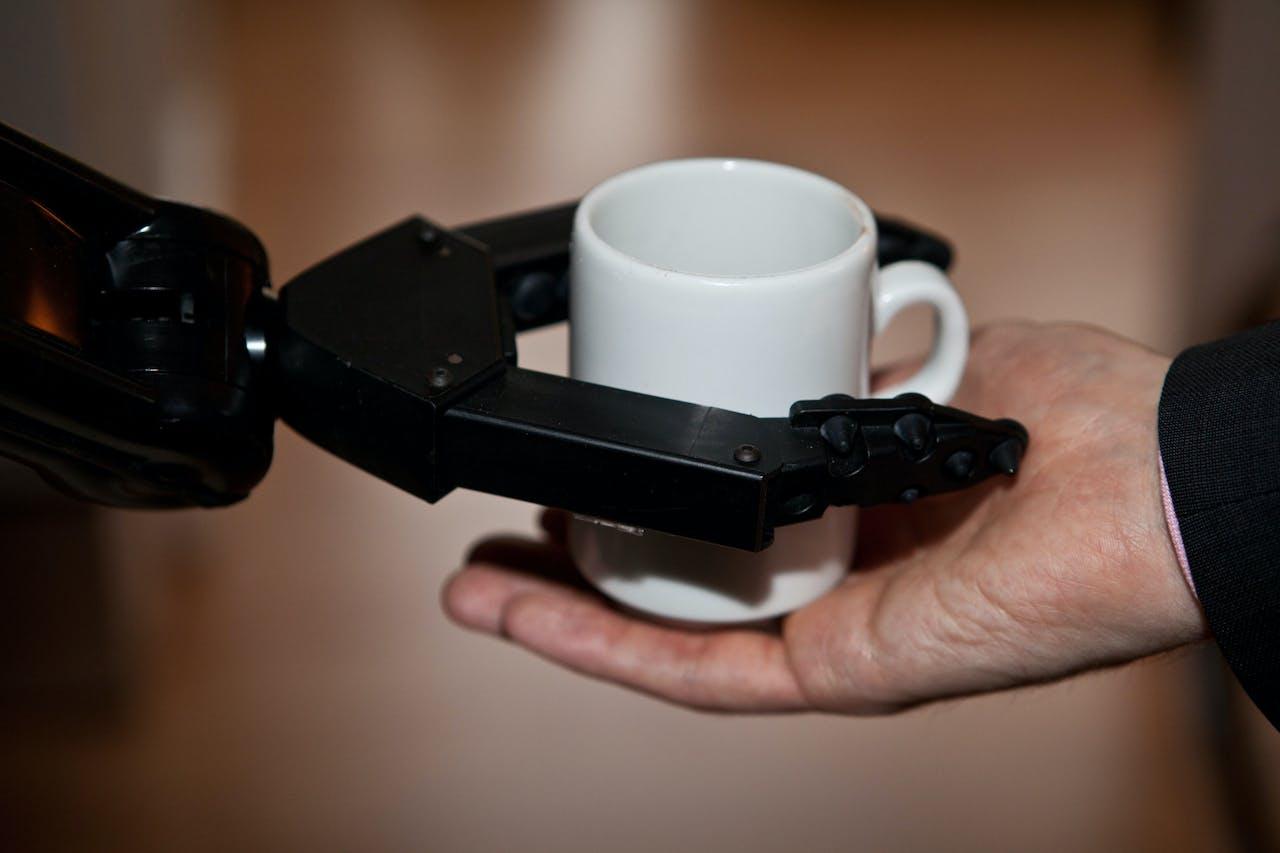 Robot Rose, de nieuwe hulp in de huishouding van behoeftige ouderen en een voorbeeld van technologie in de ouderenzorg.