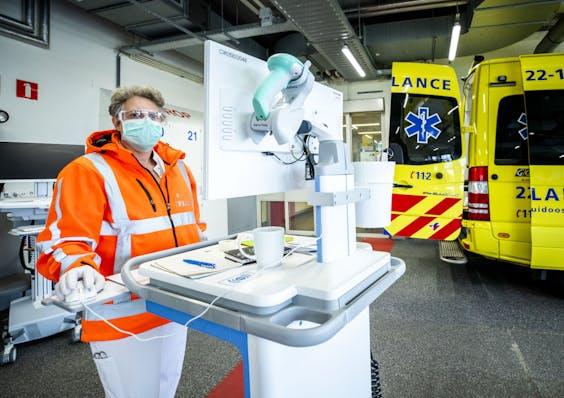 Een triage verpleegkundige kijkt op een scherm voor binnenkomende ambulances bij de spoedeisende hulp van het Catharina ziekenhuis. Bij de ingang van de spoedeisende hulp wordt bij bezoekers een eerste schifting gemaakt van wie eventueel coronavirusklachten heeft.