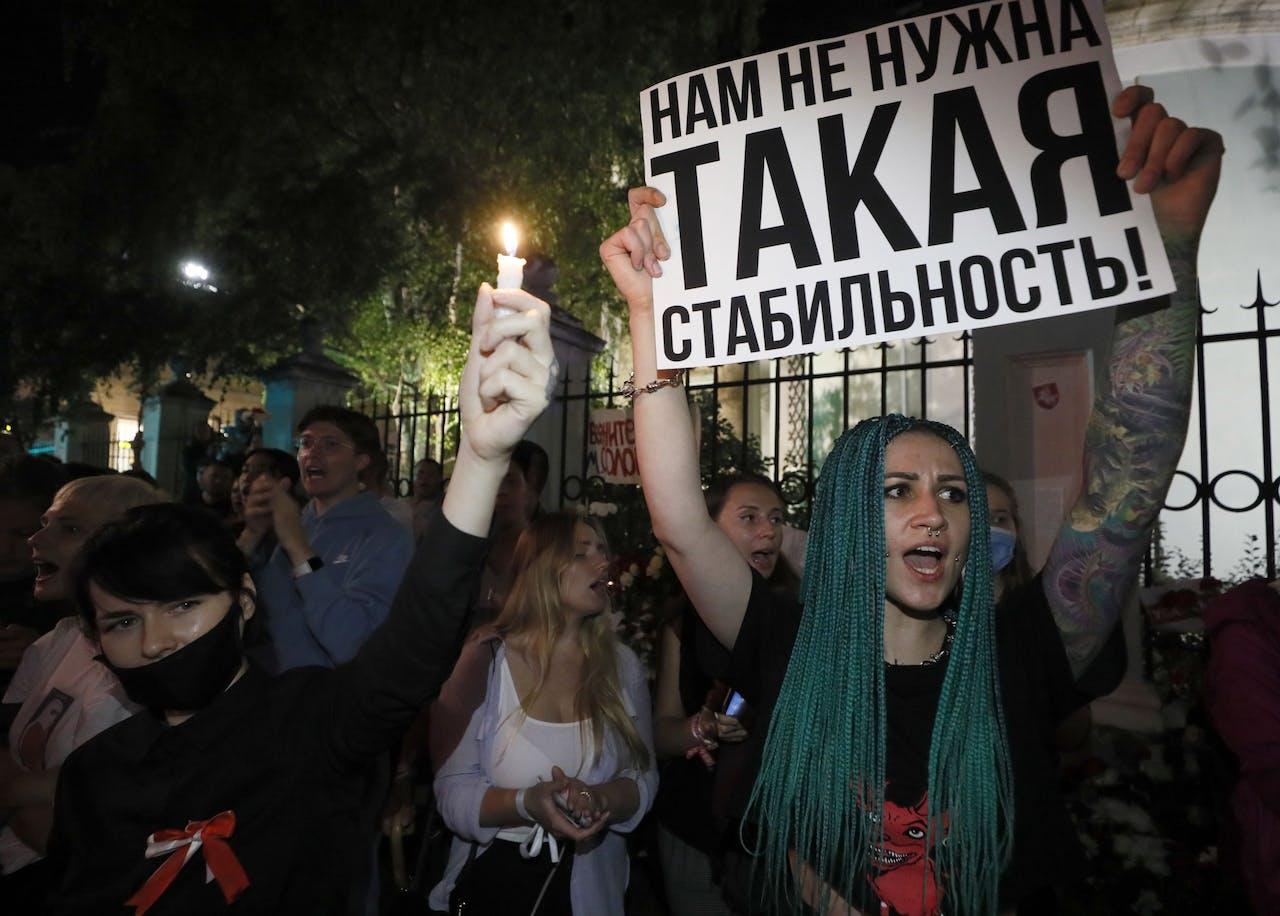 Wit-Russen protesteren voor hun ambassade in Moskou