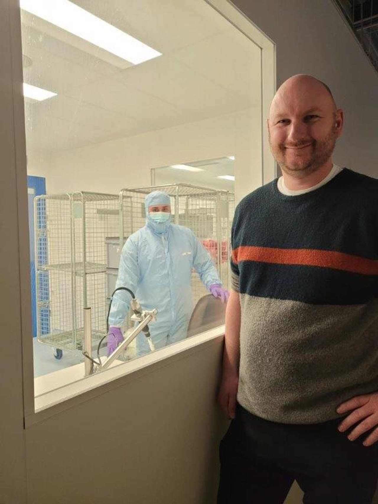 Theo Snoek van Valuepack met op de achtergrond een medewerker in een 'clean room'